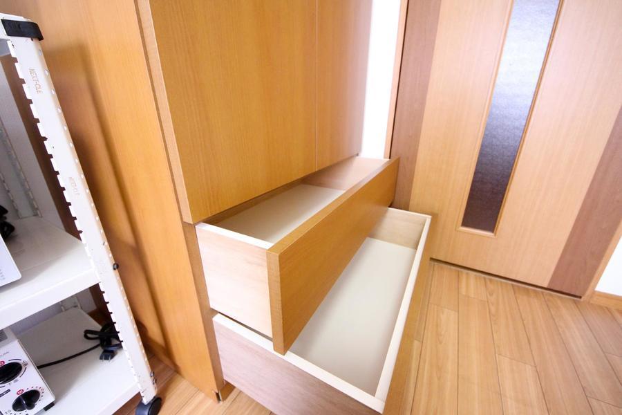 下部は引き出し式。小物などの収納にお役立てください