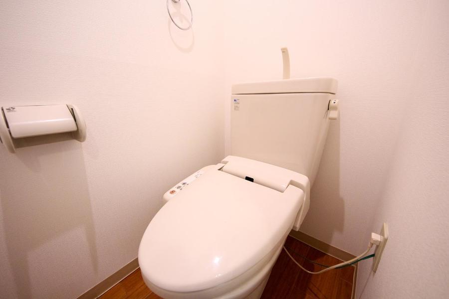 お手洗いは人気のシャワートイレつき。衛生面でも安心のセパレート式です