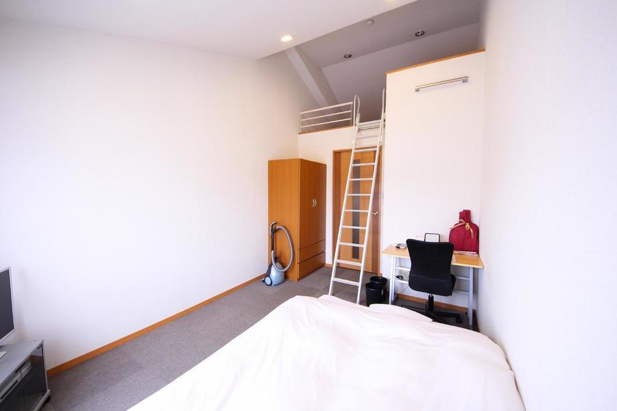 お部屋最大のポイントはなんと言ってもロフト! 天井も高く開放的です