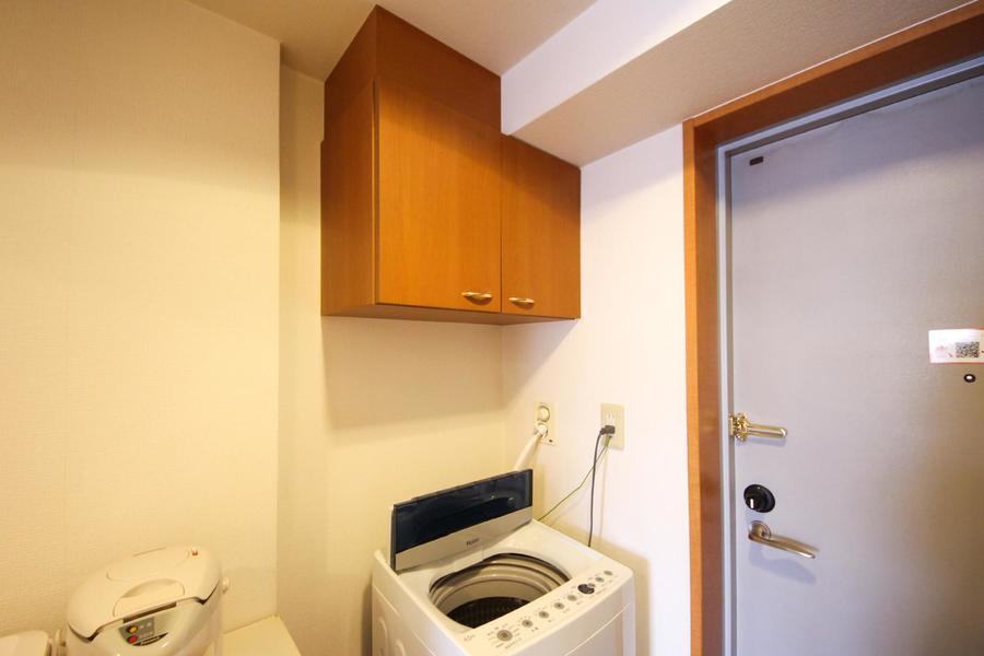 洗剤など小物が出やすい洗濯機周りも、棚付きですっきり片付きます