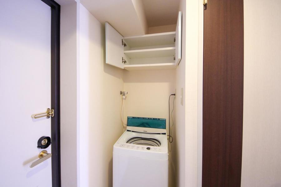 洗濯機上部には収納棚を設置。洗剤などの小物置き場としてご利用ください