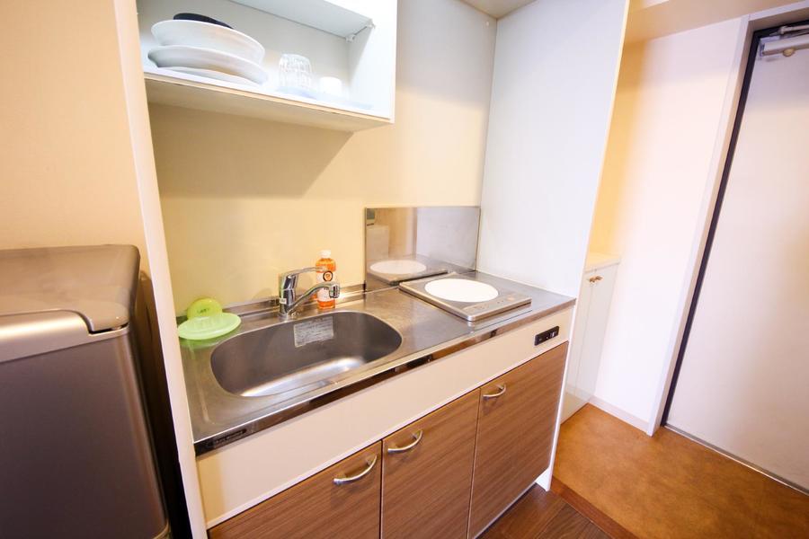 キッチンは広めのシンクがポイント。食器やキッチングッズもご用意しています