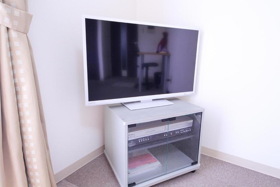 もちろんテレビも設置済。DVDプレイヤー付きで映画鑑賞にも便利