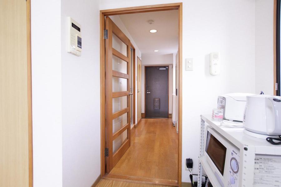 お部屋と玄関を仕切る目隠しドア。来客時などにご利用ください