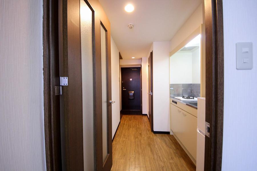 キッチン前のスペースは広めに作られており移動もスムーズ