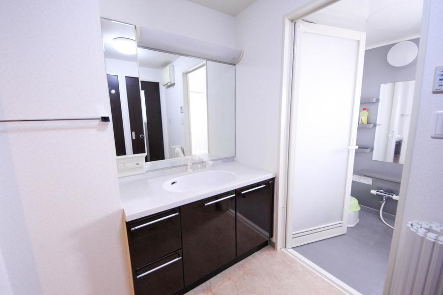 こちらの洗面台はなんといっても大きな鏡が特徴!
