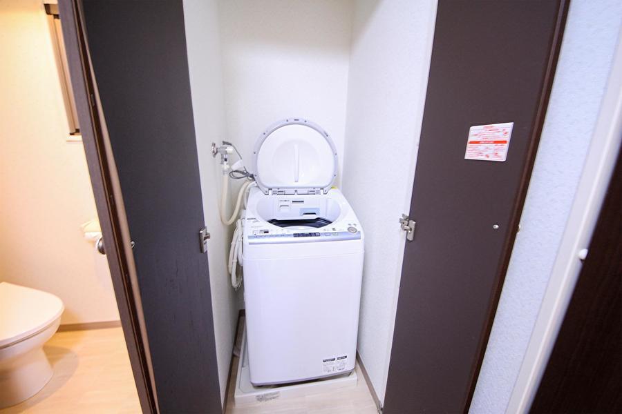 洗濯機置き場は扉つき。未使用時は閉じて見た目もスッキリ!