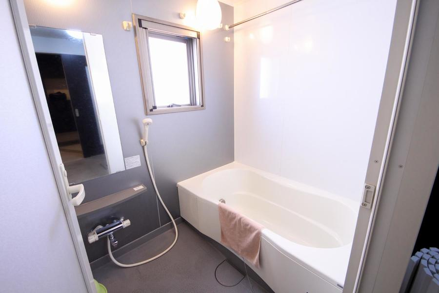 バスルームは明るく広々。浴室乾燥機搭載です