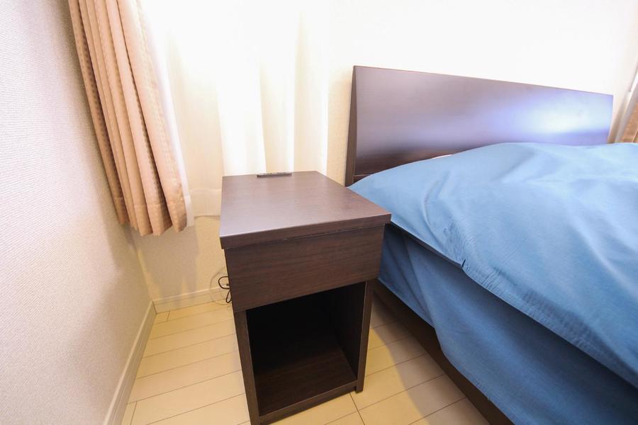 両ベッドサイドにはサイドテーブルを設置