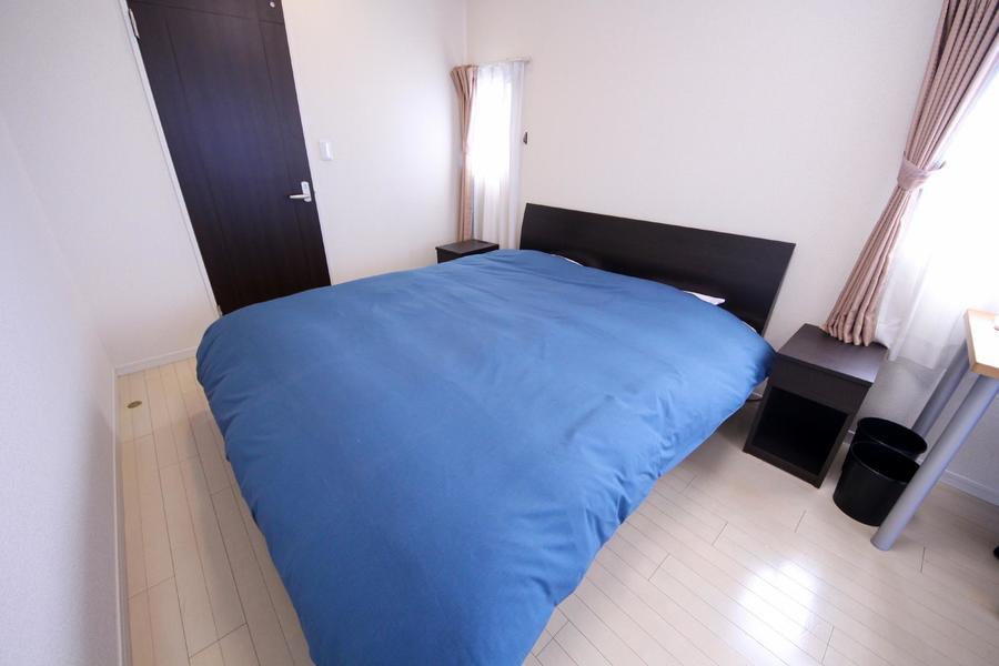 ベッドはクイーンサイズを設置。お子様との添い寝も可能です