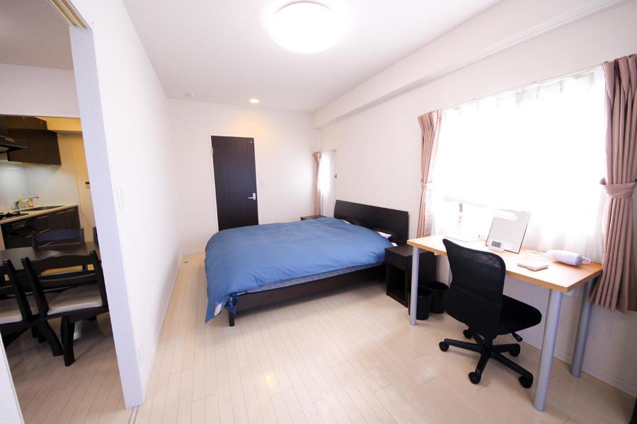 リビングに隣接する寝室は縦長のスリムなつくり