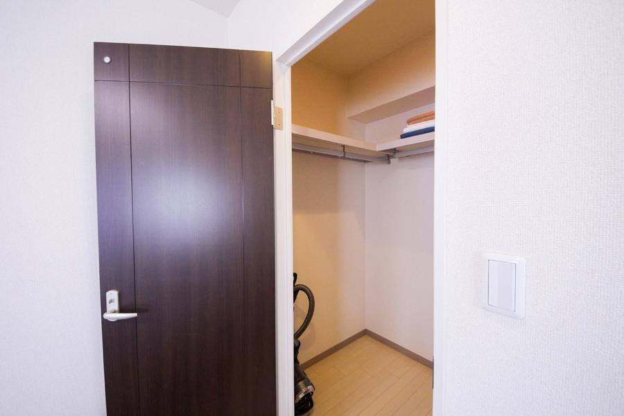お部屋の奥にはウォークインクローゼットが設けられています