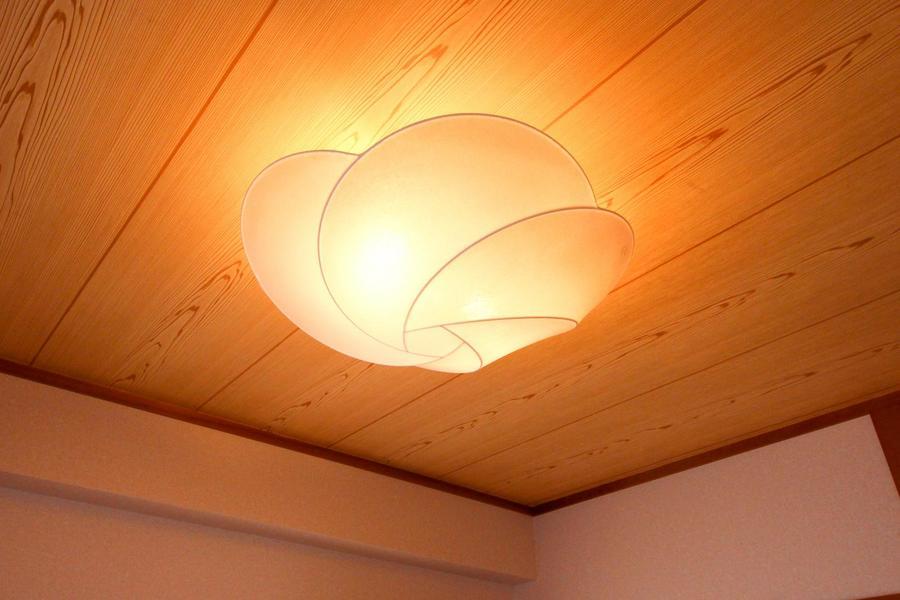 天井には大輪の花を模した照明。あたたかな光とともにほころんでいます