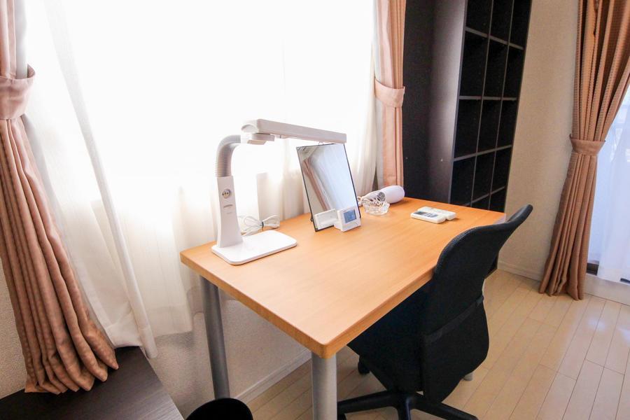 読書机、書物、ドレッサー代わりなどにお使いいただけるデスク
