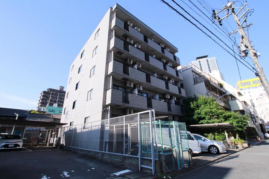 緑のアーチが印象的。新耐震基準で建てられているマンションなので安心です。