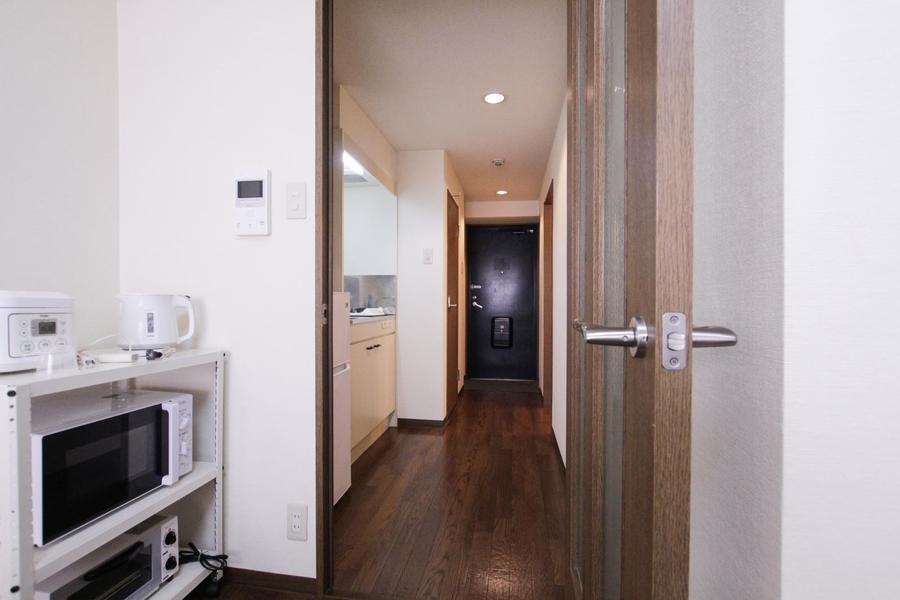 お部屋と廊下の間には扉が設置。来客時の目隠しとしてご活用いただけます