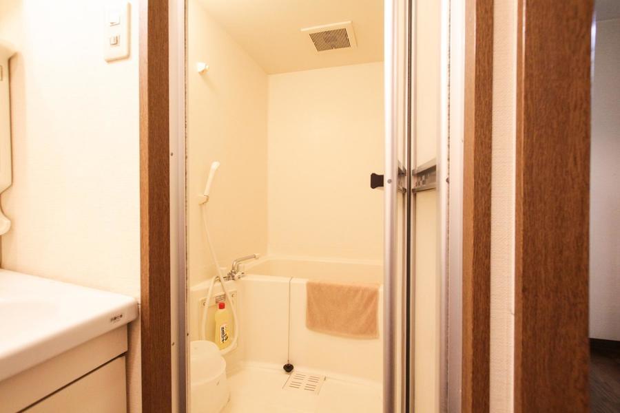 バスルームはシンプルなつくり。ゆったりとリラックスできる空間です
