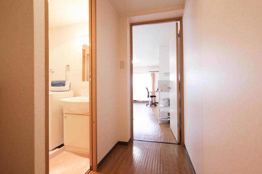 廊下の壁紙もお部屋と揃えられており統一感があります