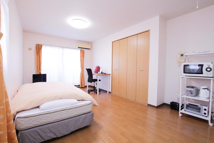 明るい木目と白い壁紙のシンプルなお部屋。2面窓で採光もばっちり!