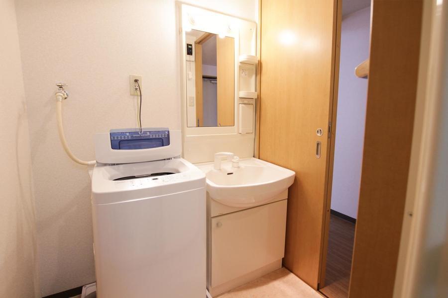 大きな鏡の洗面台。収納スペースがあるのも嬉しいポイント
