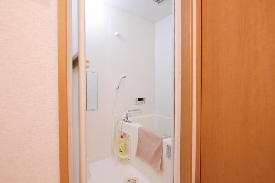 清潔感のあるバスルーム。嬉しい追い焚き機能つき