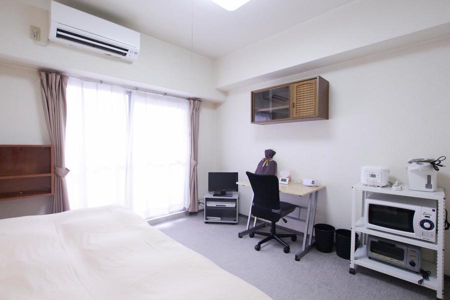 シンプルなお部屋で目を引く作り付けの棚。他物件にはない設備です
