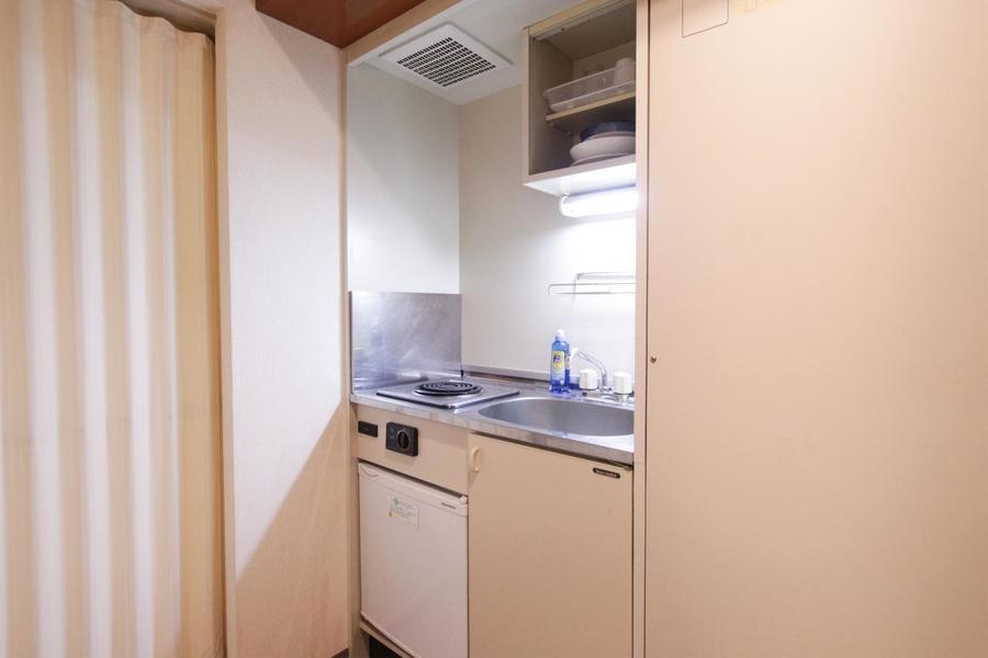 キッチンはシンプルイズベスト。収納に便利な吊り棚も設置
