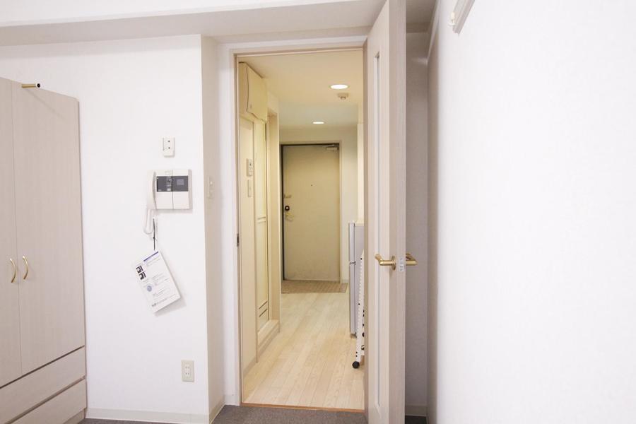 天井が高く広々。ゆったりとくつろげる、シンプルで清潔感のあるお部屋です。