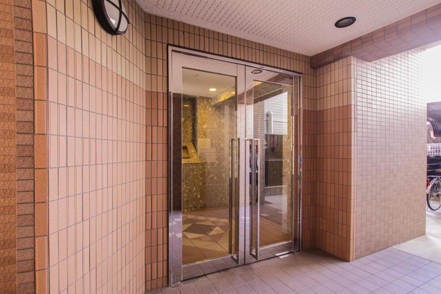 レンガ風の外壁のきれいな建物です。各種設備も充実しています。