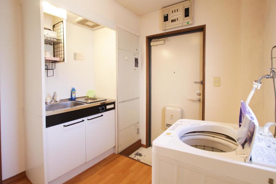 ブラウンの木目のフローリングに白を基調としたシンプルで清潔感のあるお部屋です。