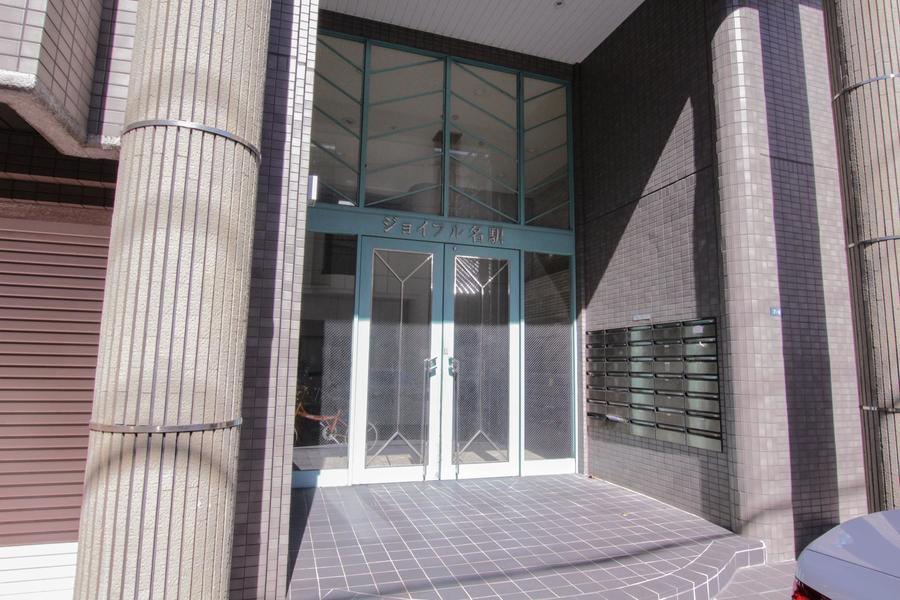落ち着いた雰囲気のクラシックな外観デザイン。名古屋駅徒歩6分圏内なのに静かで住み良い立地です。