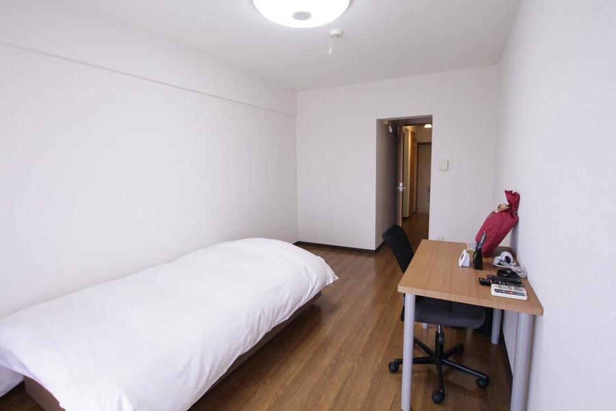 フローリングと白い壁紙のシンプルなお部屋。落ち着いてお過ごしいただけます