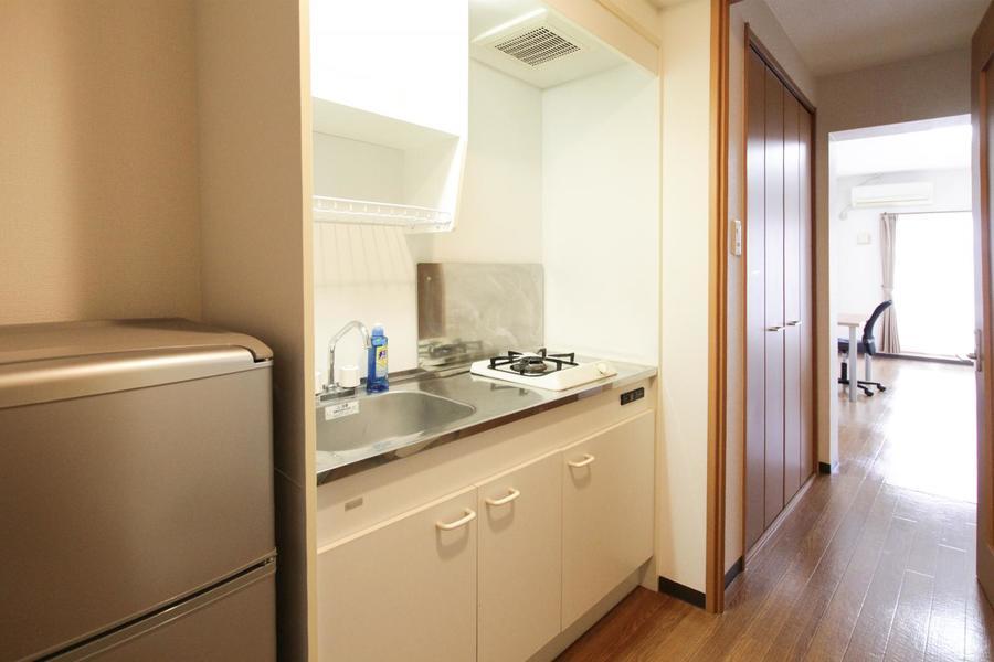 オフホワイトを基調としたシンプルな1口ガスコンロのコンパクトキッチン。清潔感にあふれています。
