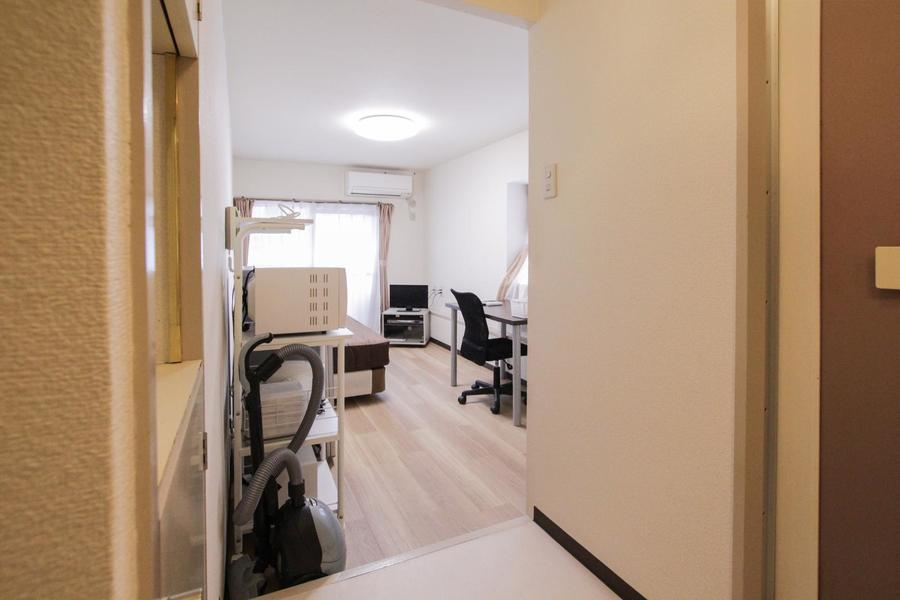木目のフローリングに白を基調としたシンプルで落ち着いた雰囲気のお部屋です。二面採光で明るく、クローゼットで収納もすっきり。