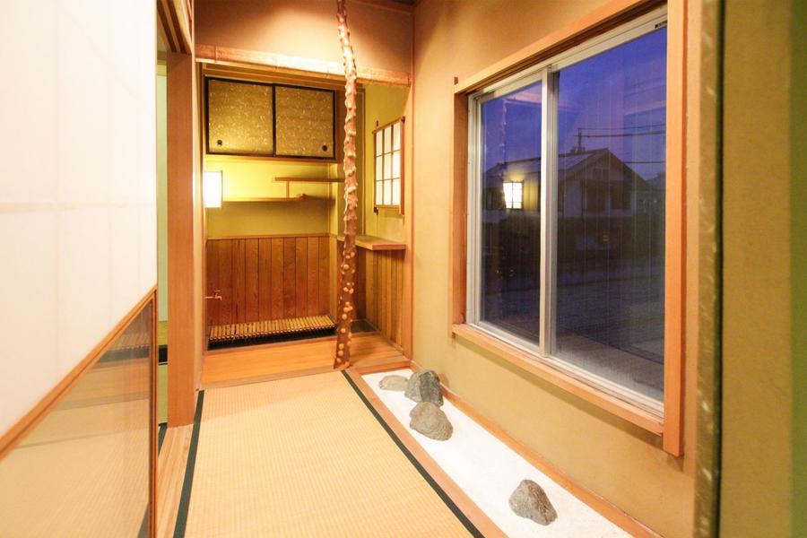 茶室の奥には趣ある水屋。枯山水とともに和の雰囲気が漂う空間です