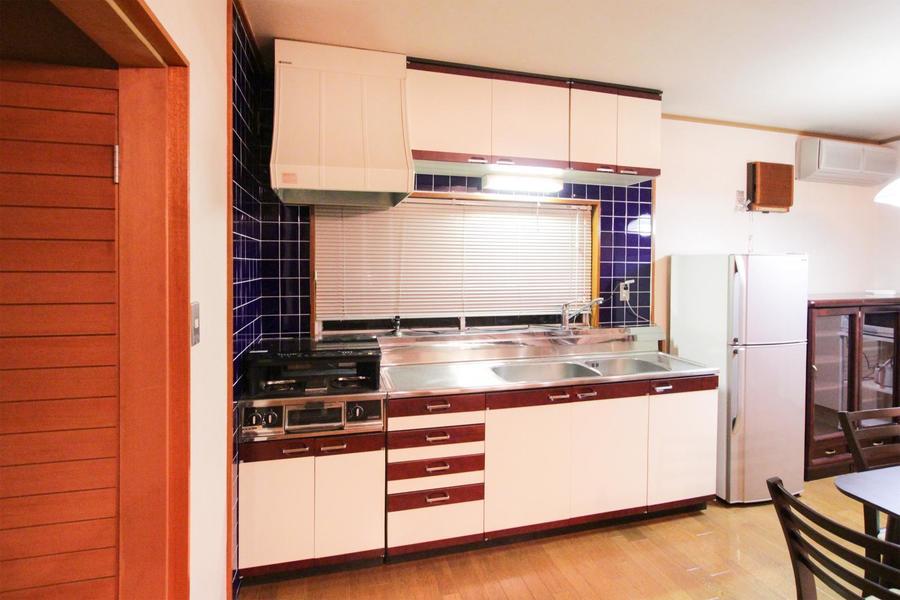 落ち着いた色合いで広々使える快適キッチン