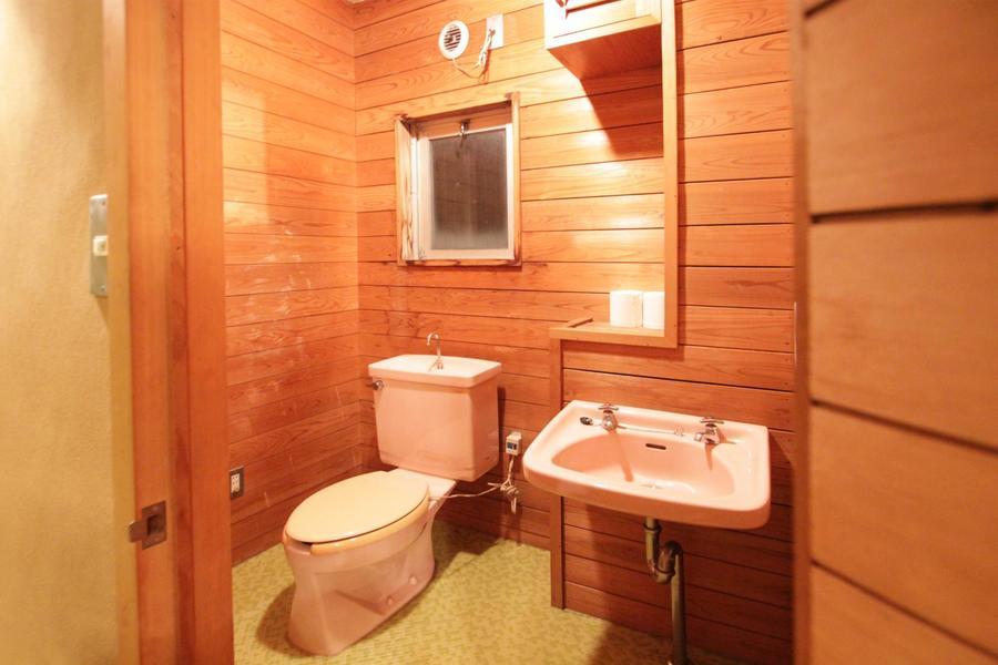 2階のお手洗いは木目の壁面がログハウスを思わせるつくりに