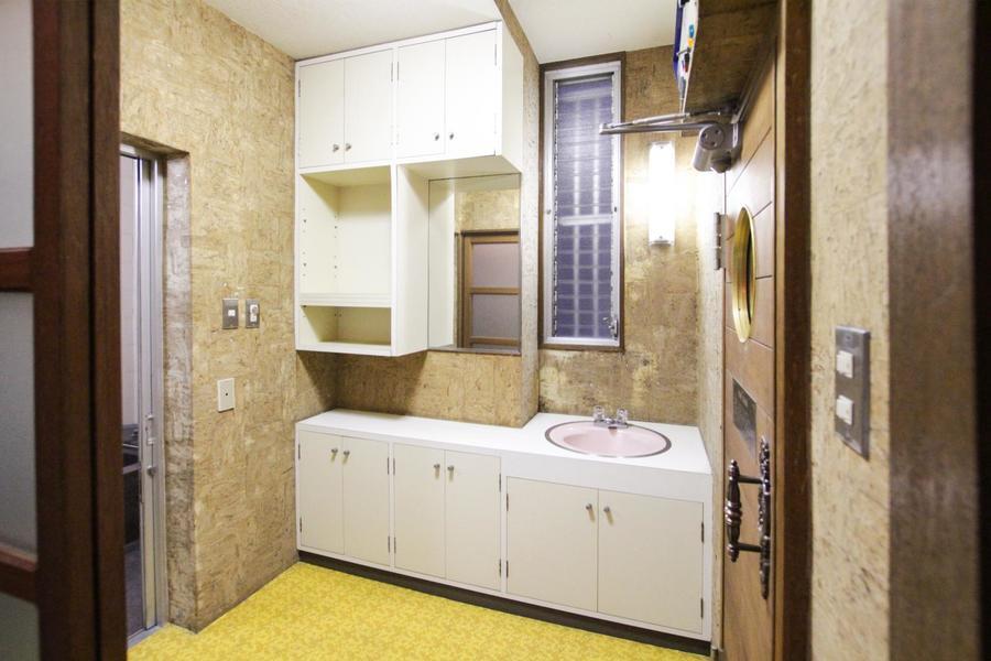洗面所は天然石の壁面が印象的。白を基調としたたっぷりの収納が魅力です