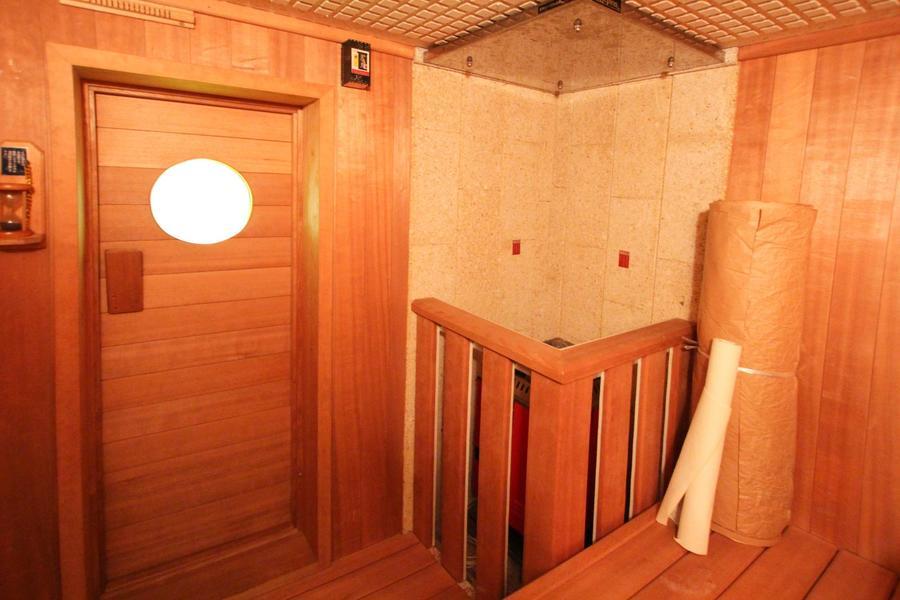 浴室の向かいには驚きのホームサウナ付き。ご家族や親しい仲間との交流に、日々の健康維持にお役立てください。