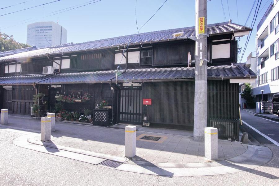 名古屋駅徒歩圏内にある四間道界隈の中に佇む長屋の宿。黒い瓦屋根・漆喰の壁・続く石垣などの情緒的な雰囲気の残る、古くも活気あふれる趣ある町並みです。