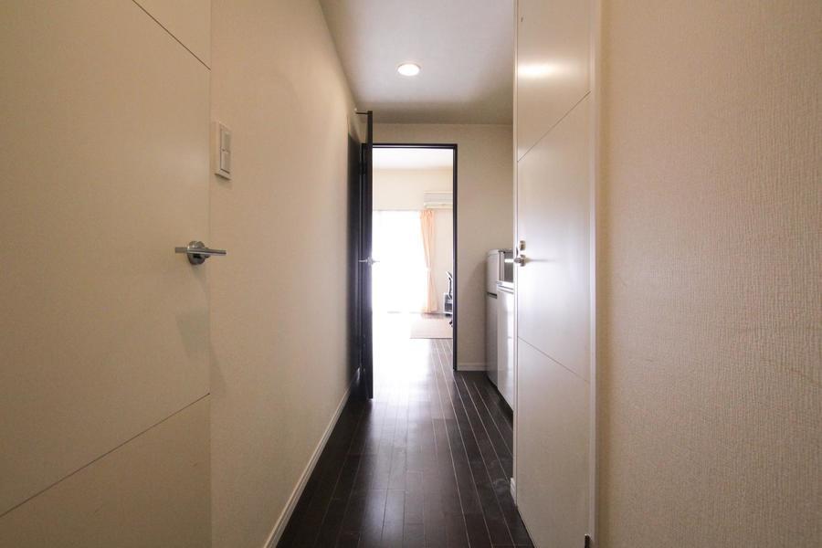 白を基調にダークブラウンの木目がアクセント。扉をあけてすぐに落ち着いた雰囲気に包まれます。