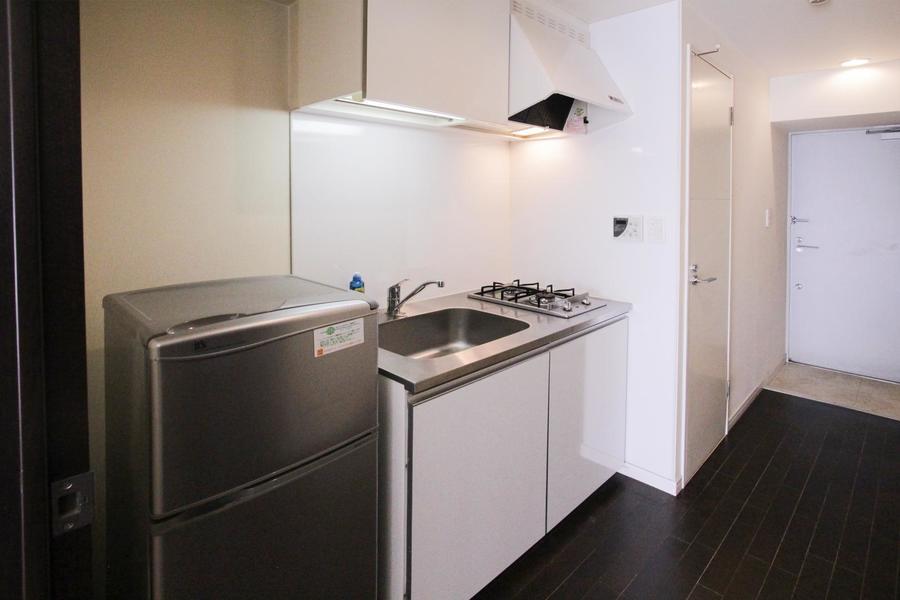 ホワイトを基調としたシンプルな2口ガスコンロのコンパクトキッチン。清潔感にあふれています。