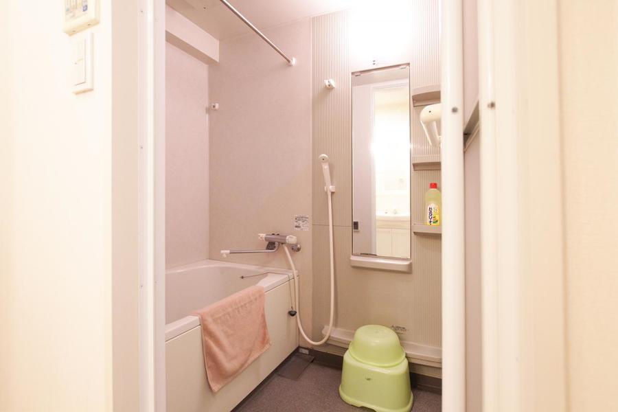 大きな鏡の付いた癒やしのバスルーム。ゆったりとリラックスできる空間です。