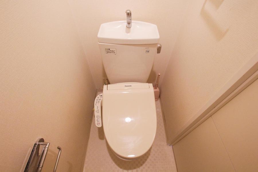 やわらかい色合いが落ち着ける雰囲気。清潔感のあるお手洗いです。