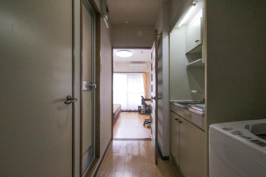 フローリングに木のあたたかみを感じる、シンプルで清潔感のあるお部屋です。