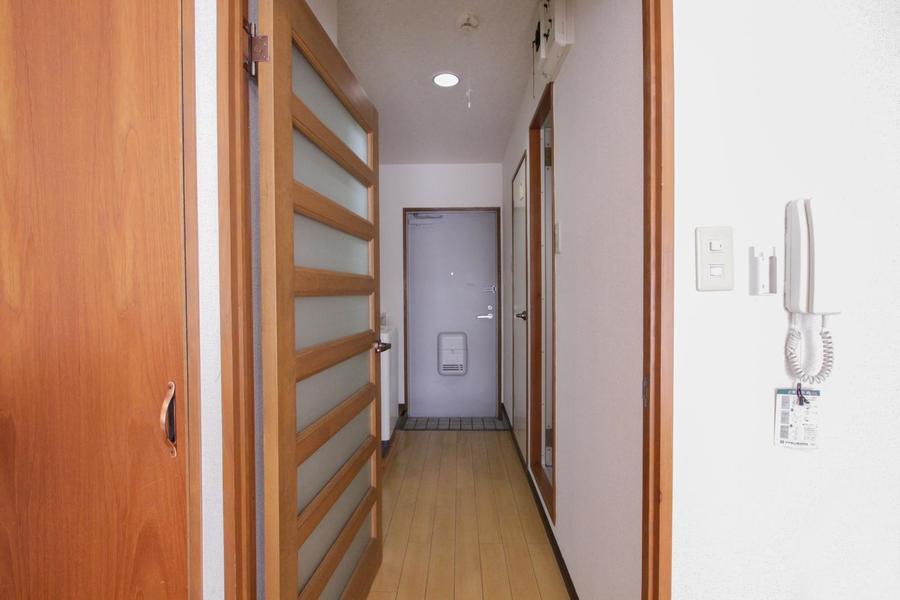 お部屋と廊下の間には磨りガラスのドアが設けられています