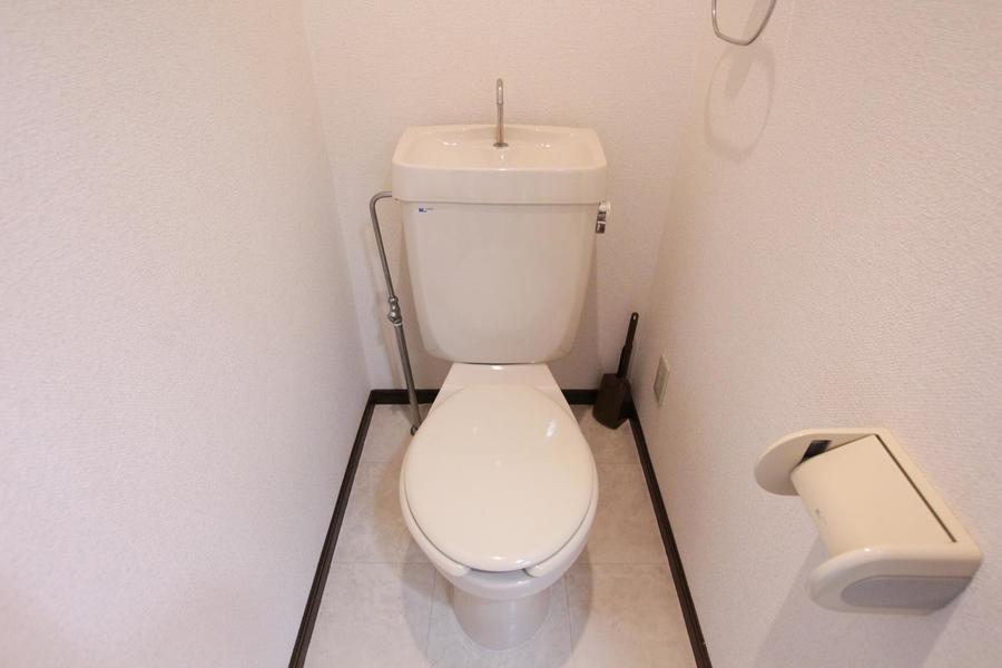 大理石模様の床と天井に落ち着いた高級感を感じる、清潔感のあるお手洗いです。