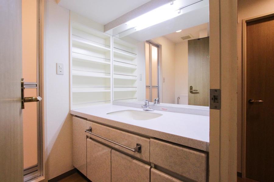 まるで美容院のように大きな鏡の洗面台。収納スペースもたっぷりです