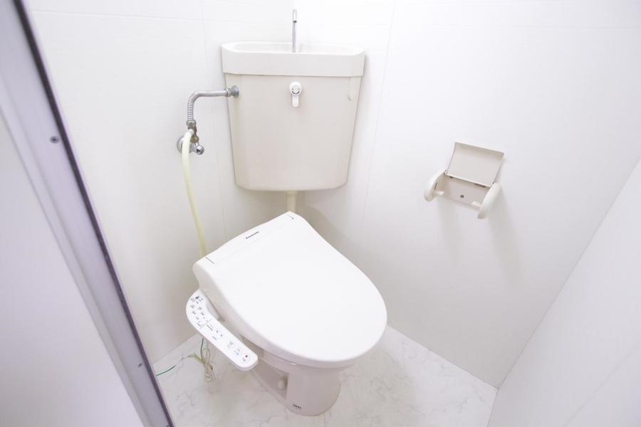 白を基調としたお手洗い。シャワートイレ完備です