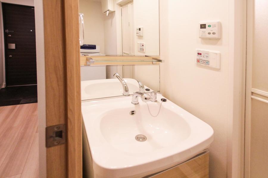 大きな鏡が特徴の洗面台は清潔感にあふれています